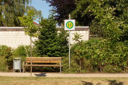 Bushaltestelle im Garten